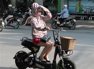 Lưu ý khi đi xe máy điện trong những ngày nắng nóng